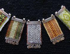 Colgante akucha, teñido  natural // Taller Tumbaga Thread Jewellery, Textile Jewelry, Fabric Jewelry, Resin Jewelry, Jewelry Crafts, Beaded Jewelry, Inkle Weaving, Bead Weaving, Collar Hippie
