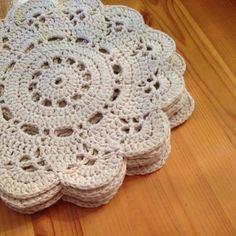.. pääsi pöydälle, kun siitä tuli niin soma :) Virkattu ontelokuteesta, halkaisija 60 cm valmistui nopsasti ja vaivattomasti ... Crochet Flower Patterns, Crochet Doilies, Crochet Flowers, Knit Crochet, Snowflake Pattern, Pattern Art, Snowflakes, Coasters, Blanket