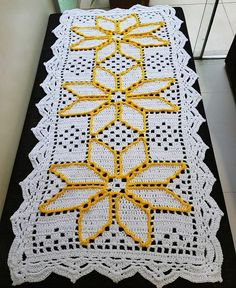 How to make an invisible decrease in single crochet Crochet Quilt, Crochet Home, Filet Crochet, Doily Rug, Doilies, Stitch Patterns, Knitting Patterns, Crochet Patterns, Crochet Table Runner