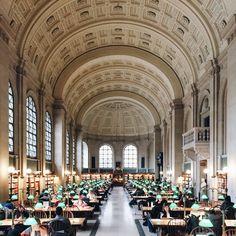 Wesentlich älter ist die Boston Public Library. Seit 1854 können hier Bücher gelesen und entliehen werden, sie gilt als eine der größten Bibliotheken der Welt.