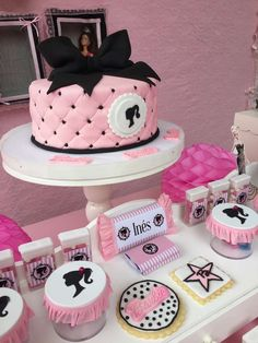 Bolo Barbie +de 40 Ideias de Bolos Lindos e Glamurosos #BoloBarbie #BolodaBarbie #Bolo #Barbie #FestadaBarbie #FestaBarbie Vintage Barbie Party, Barbie Theme Party, Barbie Birthday Cake, Birthday Cakes For Teens, Themed Birthday Cakes, 6th Birthday Parties, Birthday Cupcakes, Barbie Decorations, Drunk Barbie Cake