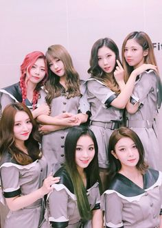 De izquierda a derecha Arriba: Jiu, Siyeon, Handong, Yoohyeon Abajo:SuA, Gahyeon y Dami