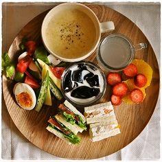 ワンプレートに盛りつけも基本は一緒。高さを出すなら、マグやココットなどの入れ物に入れて盛り付けるのがおすすめ。一気におしゃれなカフェ風になりますよ。 Cafe Menu, Cafe Food, Food N, Food And Drink, Lunches And Dinners, Meals, Japanese Lunch, Japanese Food, Food Plating