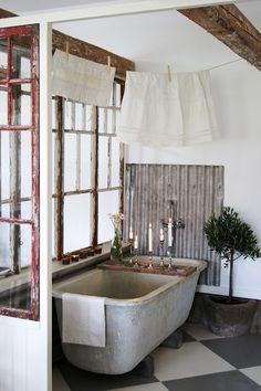 Brocante badkamer inspiratie | old zinc bathtub and corrugated iron splashback