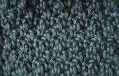 Her vil jeg vise hvordan man hækler mønsteret Grums Mønsteret grums er et meget populært mønster til blandt andet karklude, vaskeklude og viskestykker. Mønsteret er meget enkelt. Antallet af luftmasker skal være et lige antal. Grums er hæklet i skiftvis stangmasker og fastmasker. Slå dine luftmasker op. Den første maske skal hækles i 2. luftmaske fra nålen. Hækl 1 stangmaske i 2. lm fra nålen. I næste maske hækles der 1 fastmaske I næste maske hækles der 1 stangmaske I næste maske hækles der…