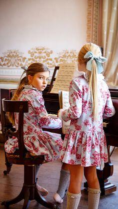 Hum may gode Fashion Kids, Little Girl Fashion, Cute Girl Dresses, Little Girl Dresses, Retro Mode, Beautiful Children, Kids Wear, Cute Kids, Baby Dress