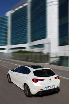 La deportividad se convierte en dinamismo puro que recorre cada detalle.  Alfa Romeo Giulietta.