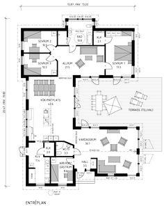 Denna 1-plansvilla, med krispigt vit liggande träpanel, ljusgrå takpannor och stora ljusinsläpp, för tankarna till klassisk och tidlös skandinavisk design. Dream House Plans, Modern House Plans, Small House Plans, U Shaped House Plans, U Shaped Houses, Japanese Apartment, Warehouse Home, Courtyard House, House Layouts