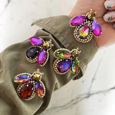 Украшения Ручной Работы (@mrs.gurina) • Фото и видео в Instagram Vintage Jewelry Crafts, Handmade Beaded Jewelry, Brooches Handmade, Earrings Handmade, Bead Embroidery Tutorial, Bead Embroidery Jewelry, Beaded Embroidery, Neon Bracelets, Trendy Bracelets