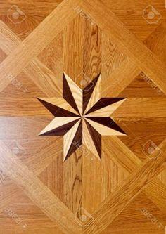 Forma de estrella de marquetería de madera en el parquet del piso