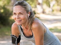 Portrait of athletic mature woman resting after jogging. Beautiful senior blonde woman running at the park on a sunny day. Female runner listening to music while jogging. Losing Weight After 40, Lose Weight, Weight Loss, Proper Running Form, Menopause Diet, Post Menopause, Menopause Symptoms, Female Runner, Burn Out