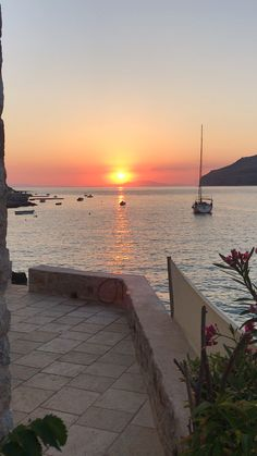 The hypnotic sunsets at limeni on the peloponnese in Greecemani 623959723356204583 Lake Pictures, Sunset Pictures, Sky Aesthetic, Travel Aesthetic, Beautiful Places To Travel, Beautiful Beaches, Beautiful Sunset, Applis Photo, Crete Greece