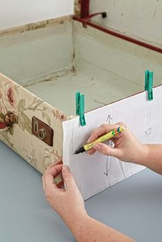 Re-cover a suitcase - excellent instructions! Cute Suitcases, Vintage Suitcases, Vintage Luggage, Diy Projects To Try, Craft Projects, Suitcase Table, Suitcase Decor, Painted Suitcase, Vintage Train Case