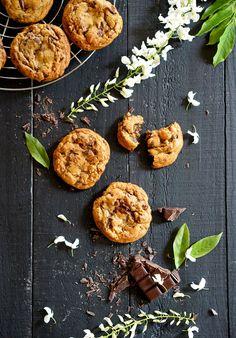 En ce lundi de Pentecôte, quoi de mieux que de trainer à la maison et faire de bons cookies! Si vous cherchez une recette légère et healthy, passez votre chemin ;) Evidemment vous trouverez ici, be…