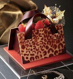 大阪はケーキさえもヒョウ柄?-ヒョウ柄のバッグ型クリスマスケーキ