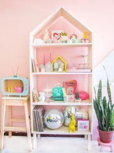 DECORAÇÃO parede rosa com estante de pinus em formato de casinha para guardar objetos fofos para apartamentos pequenos www.blogdomath.com.br insta: @mathdoblog Usou? Dê os créditos. Vamos fazer da internet um lugar melhor e mais inspirador (juntos!)