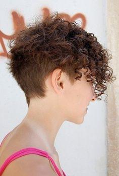 Taglio per capelli corti e ricci rasato dietro
