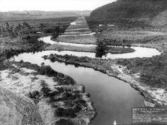 Rio Pinheiros, em seu leito original e o traçado retificador