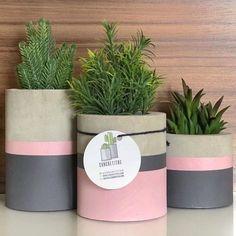 Bom dia! ☀️ Quem aí gosta de plantinhas? 🌵🌱 No DIY de hj trouxe esses vasos lindos e fáceis de fazer! Bora deixar tudo lindo em casa!!! 🤩…