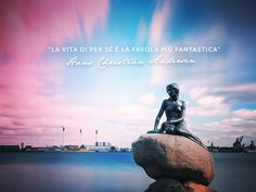 Ad accoglierti nella bella #Copenaghen è la giovane sirena, che ancora sogna di vivere la favola dell'amore mentre guarda con malinconia al suo mare. #Danimark #viaggi #tourism #travel