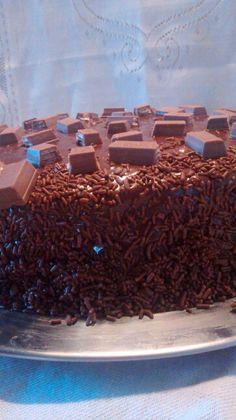 Bolo de chocolate com recheio de doce de leite, cobertura de brigadeiro e um toque de kit kat ;)