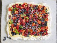 Pavlova med eggekrem | Oppskrift - MatPrat Pavlova, Frisk, Vegetable Pizza, Cake Recipes, Baking, Vegetables, Desserts, Food, Bread Making