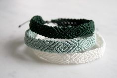 For the most part, ankle bracelets are casual accessories: they are best endured a normal day out having a good time. Multicolored anklets woven from fibers or threads look excellent with casual shoes or flip-flops. Thread Bracelets, Ankle Bracelets, Beaded Bracelets, Braclets Diy, Knitted Bracelet, 14k Bracelet, String Bracelets, Beaded Anklets, Macrame Bracelets