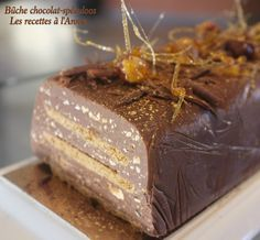 crunchy log with 3 chocolates and speculoos Whole 30 Dessert, Bon Dessert, Sweet Recipes, Cake Recipes, Dessert Recipes, Xmas Food, Christmas Desserts, Glaze For Cake, Fancy Desserts