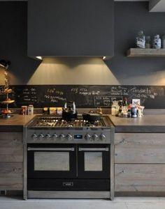 cuisine moderne color e et pur e poss dant un meuble en b ton avec des tag res en bois. Black Bedroom Furniture Sets. Home Design Ideas