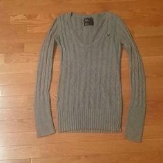 American Eagle Sweater in Medium Cute little sweater by AEO....Has very small hole over tag in back....see pics...also has minor pilling.. American Eagle Outfitters Sweaters
