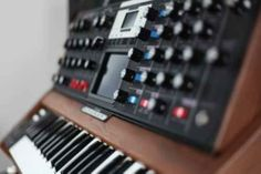 Moog Voyager Select Series Synthesizer Walnussholz Indigo