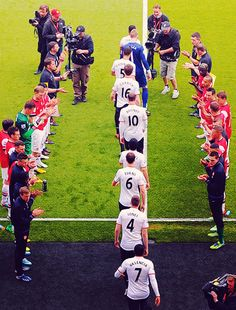 Manchester United take to the field against Arsenal.♥