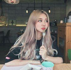 i love her hair color Ulzzang Hair, Ulzzang Korean Girl, Ulzzang Couple, Uzzlang Girl, Korean Beauty, Asian Beauty, Korean Hair Color, Tumbrl Girls, Blonde Asian