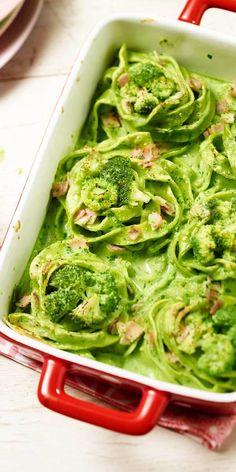 Broccoli-Nester mit Schinken: Ein tolles Rezept für die ganze Familie. Die kleinen Nester bekommen durch grüne Tagliatelle und Broccoli ihre wunderbare grüne Farbe. Lasst es euch schmecken!