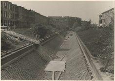 Valkenboskade gezien vanaf de Laan van Meerdervoort richting de Thomsonlaan, 1952. Stenen bekleding ivm aanleg koelwaterleiding voor het GEB.