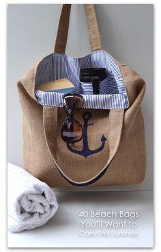 Bolsa para la playa en tela de arpillería, forro en tela de aire marinero y con ancla estarcida (o bordada) en la parte de delante.