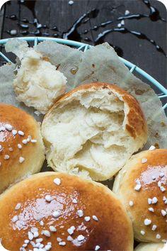 Brioche de l'Epiphanie - Wilder Dreikönigskuchen - königlich gut. Mit Lievito Madre. Bread Recipes, Dining, Cooking, Healthy, Desserts, Food Porn, Brioche, Pastries, Bakery Business