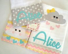 Kit Fralda - Nuvem Baby Sewing Projects, Sewing For Kids, Baby Hug, Baby Sheets, Kit Bebe, Rainbow Room, Patchwork Baby, Crochet Bebe, Machine Embroidery Patterns