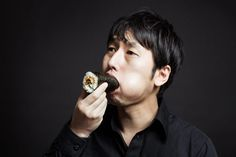 Memakan Ehomaki Roll Secara Utuh Tradisi Unik Tahun Baru Jepang  Berita Lifestyle Jepang - Jepang memang sebuah negara memiliki budaya dan tradisi yang unik dan sangat menarik untuk diketahui, salah satunya adalah tradisi dalam memakan makanan dan tradisi pergantian musim atau tahun yang saling berhubungan, seperti yang dilakukan dengan memakan Toshikoshi-soba (semangkuk mie yang dikhususkan untuk merayakan pergantian tahun) yang disajikan di Malam Tahun Baru setiap tahun lalu adanya Osechi…