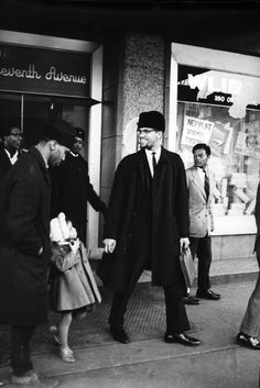 These pictures were taken by photographerDuilio Pallottelli that show moments ofMalcolm X with his wife, Betty Shabazz, and their children. Malcolm X, Betty Shabazz, Annie Leibovitz, Yoko Ono, Black History Facts, Black History Month, John Lennon, Skin Girl, Black Leaders
