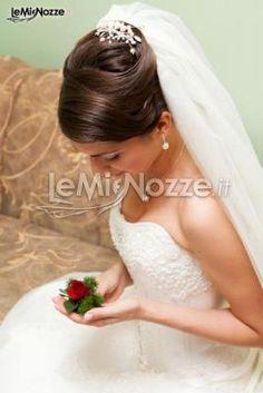http://www.lemienozze.it/gallerie/foto-acconciature-sposa/img33026.html  Acconciatura regale per la sposa
