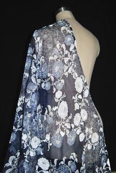 0ed45a4f0ec8 LEO   LIN Marineblau Und Elegante Blumen Weiß Silk Silhouette Falten Seine  Garn Verdreht Durch Das Kleid Seidenschal stoff 50 cm in LEO   LIN  Marineblau Und ...