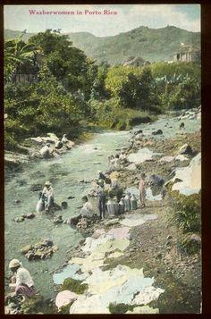 """Mujeres lavando ropa en el rio y hombres buscando agua en """"cacharros"""". Puerto Rico"""