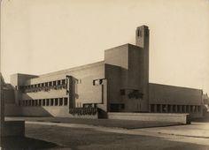 Bavinckschool in Hilversum, the Netherlands, by Willem Marinus Dudok Bauhaus, Ways Of Seeing, Maine House, Willis Tower, Modern Architecture, Netherlands, Building A House, Brick, Cottage