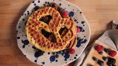 Eine Brezn mit typischem Waffelmuster auf einem Teller mit frischen Himbeeren daneben und darüber Ahornsirup | Bild: BR Pizza Snacks, Onion Rings, Bake Sale, Mole, Waffles, Burger, Veggies, Food And Drink, Baking