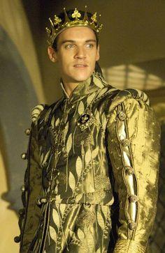 Jonathan Rhys Meyers as Henry VIII in The Tudors' series 1 in gold costume wearing crown Period Costumes, Movie Costumes, Tudor Series, Tv Series, Los Tudor, Mode Renaissance, The Other Boleyn Girl, Tudor Dynasty, King Henry Viii