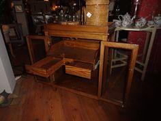 Mueble para botellas, de madera de roble. Incorpora una bandeja extraible con dos cajones. www.mueblesdelagranja.es