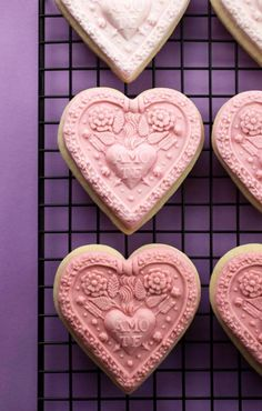 L♥ve! decorate cookies with fondant & cookie molds via @bakerella