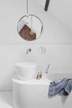 reforma baño en buhardilla con moderno conjunto de lavabo con grifos empotrados y bañera, suelo resina epoxi.