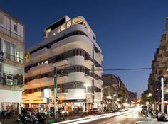 Tel Aviv is home to some of the world's best-preserved Bauhaus and International Style buildings. See 10 important examples from the city's Bauhaus Center Bauhaus Architecture, Organic Architecture, Residential Architecture, Architecture Design, White City Tel Aviv, Bauhaus Building, Bauhaus Art, Courtyard House, Beautiful Buildings